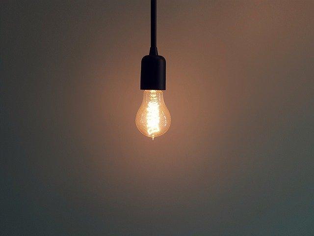 visící rozsvícená žárovka